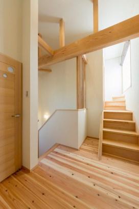 2階ホールの奥の階段を上るとお父様の書斎があります