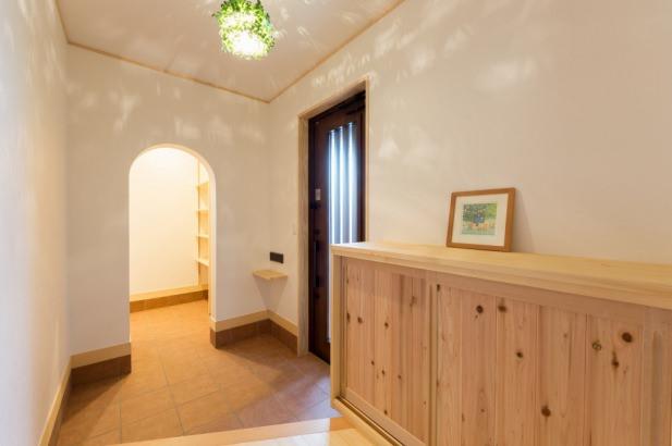玄関・ホールです。奥のアーチをくぐると食品庫→キッチンへと繋がります。