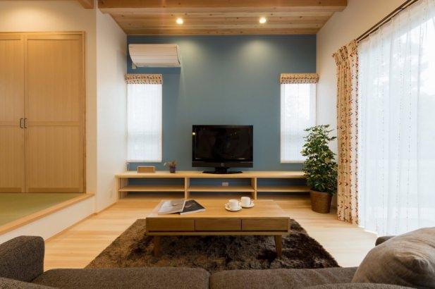 テレビボード背面のアクセントカラーが可愛らしく空間を演出