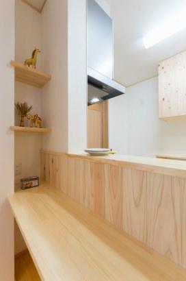 キッチン前の腰壁は杉板貼りです