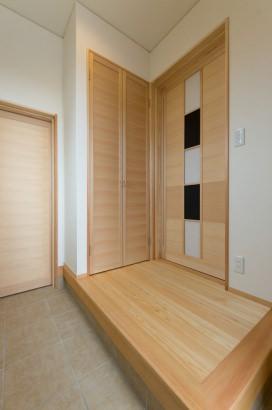 玄関スペース。左奥の扉を抜ければ土間収納へ