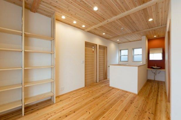 2階ファミリースペースは天井も杉板貼り。無垢材に囲まれた気持ちのいい空間となりました