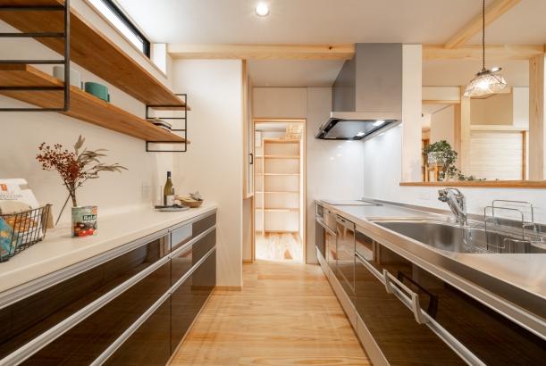 家族の玄関は、キッチン横の勝手口。お買い物帰りにも便利な動線。
