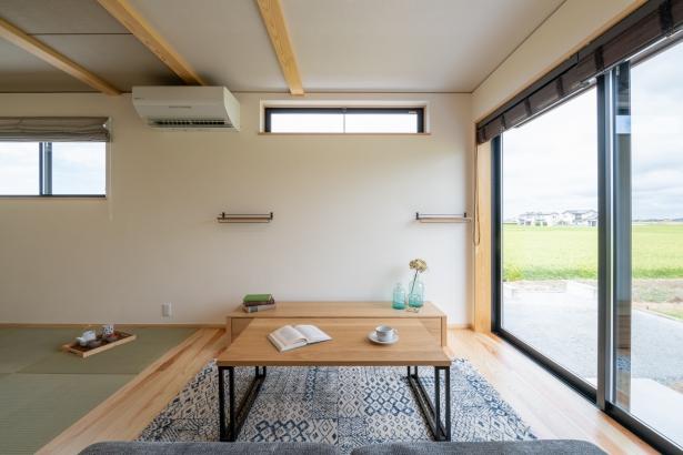 大きな窓が明るいリビング。畳コーナーでゴロンと外の田園風景を眺めるのも気持ちがいい。