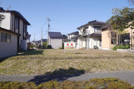 泉台ニュータウン内にあります。 加賀産業道路へのアクセス良好で 金沢方面、小松方面へ向かうのに便利な立地です。