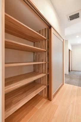 扉付きで便利な大容量の収納棚