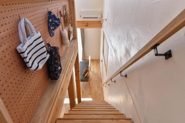 階段の側面の壁には、有効ボード。お気に入りの小物や子供の作品などを飾って。