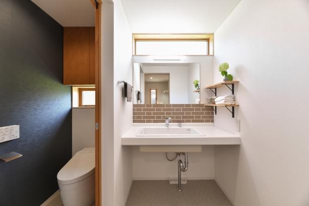 タイルが素敵な洗面。トイレの外に配置し、トイレの手洗いと共用使いにしました。