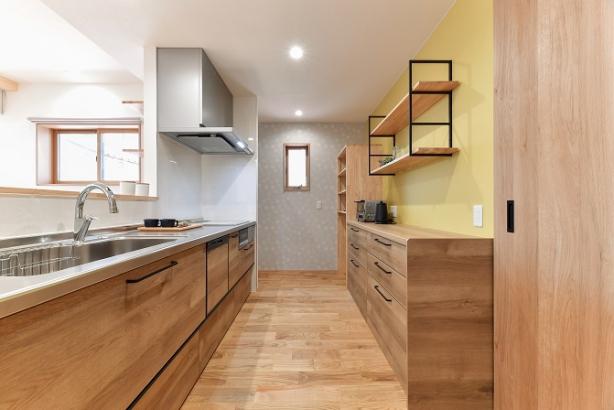 キッチン周りは、奥様のお好みのクロスで、楽しく家事が出来る空間に