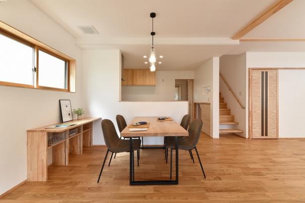ダイニングテーブルは、梶谷製材所制作の栗の無垢材テーブル。重厚感と温かみのあるテーブルは、使い込むほどに愛着が湧きます。