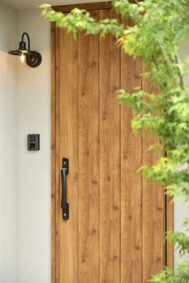 アンティークな雰囲気のペンダントライトが素敵な玄関
