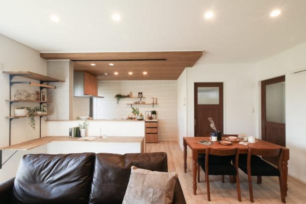 家族の存在を感じられるキッチン腰壁のカウンター