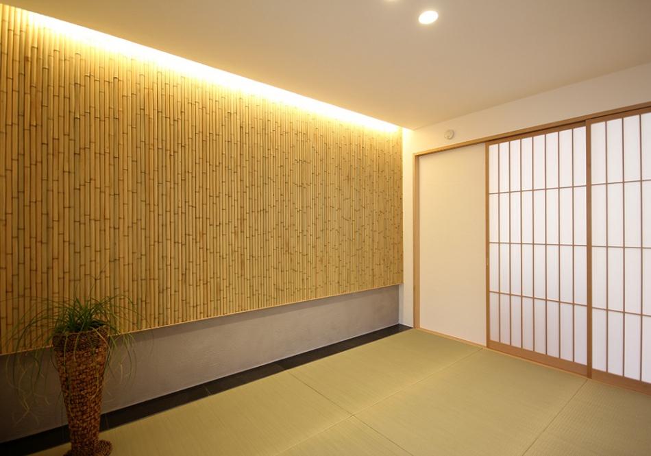 壁一面に張り上げた竹と間接照明で魅せる粋な和室。