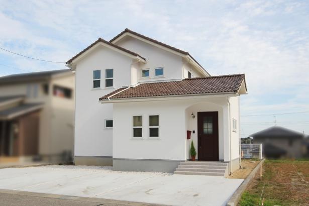 無添加住宅_外観_漆喰の外壁_白いかわいい家